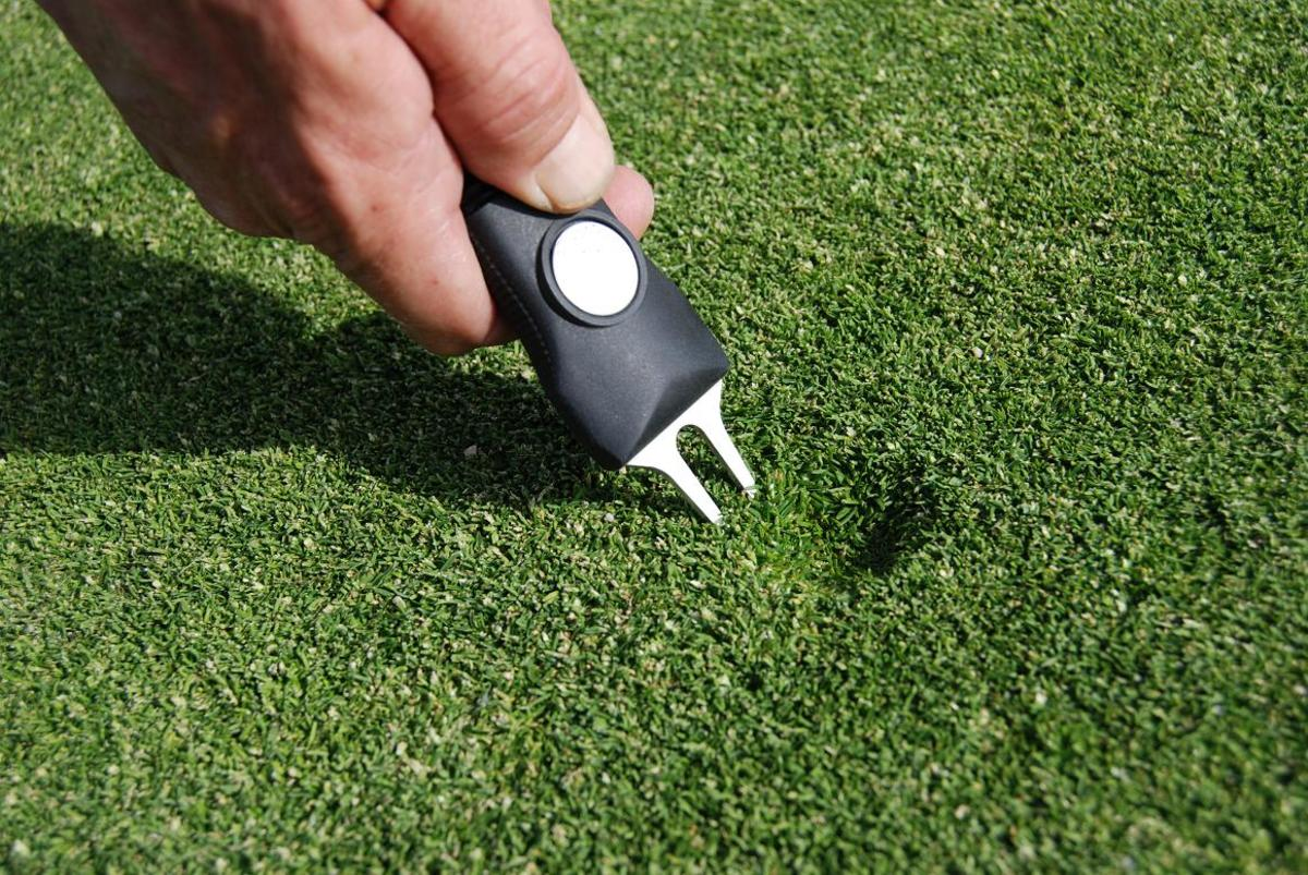 How to use a Golf Divot Tool to Repair the Putting Green