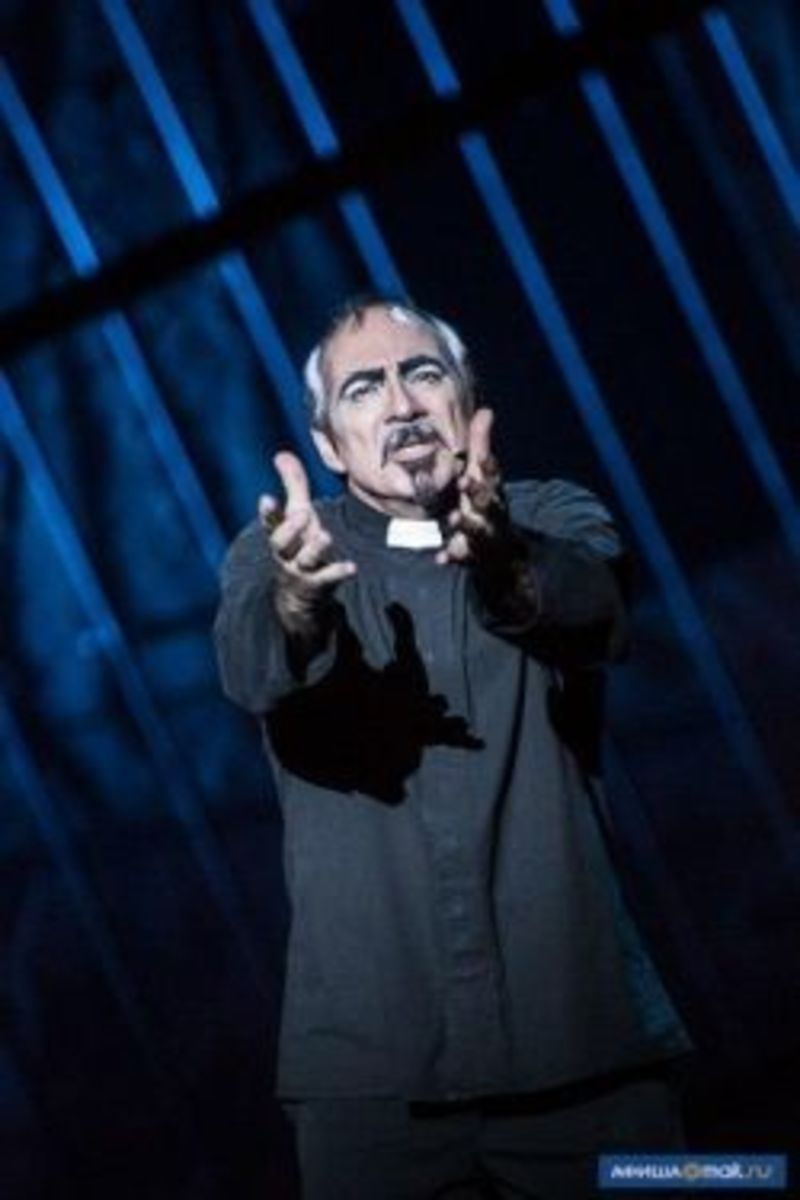 Robert Marien as Frollo in the World Tour Cast