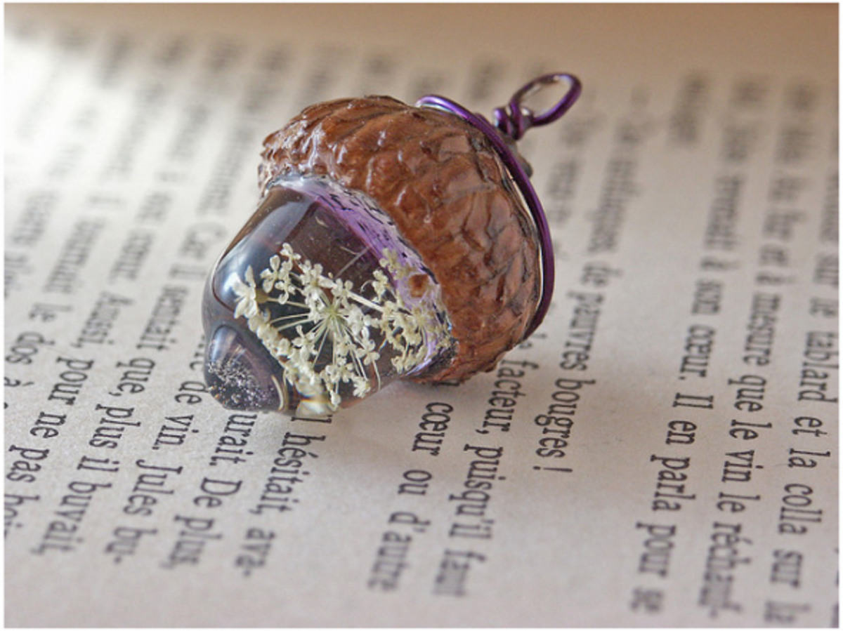 Beautiful charm made with dried Queen Anne's Lace embedded in the resin, and with a real acorn cap.