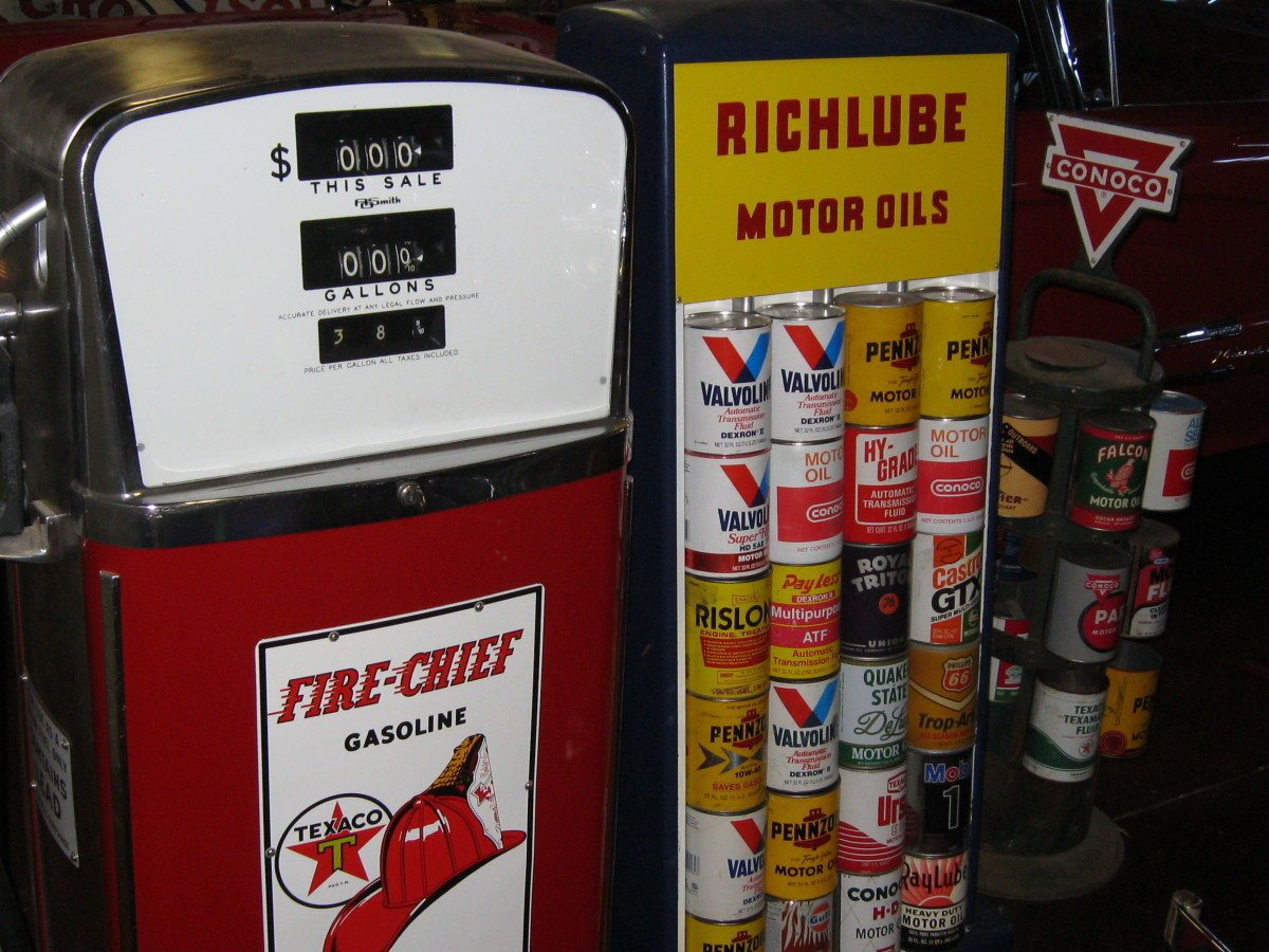 Small mid century Texaco gas pump and oil can display rack.