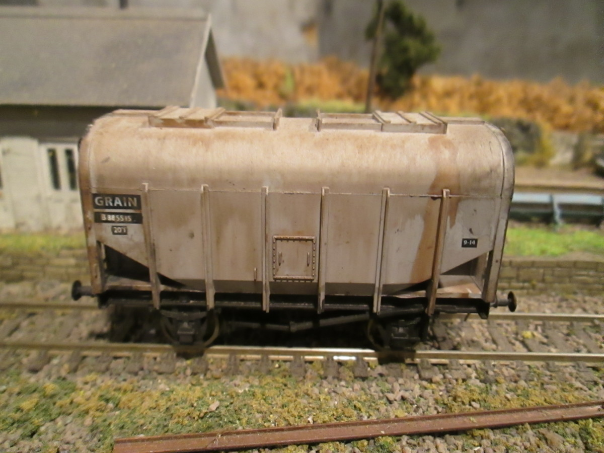 Dapol British Railways grain wagon in unfitted grey livery with three link couplings and weathered
