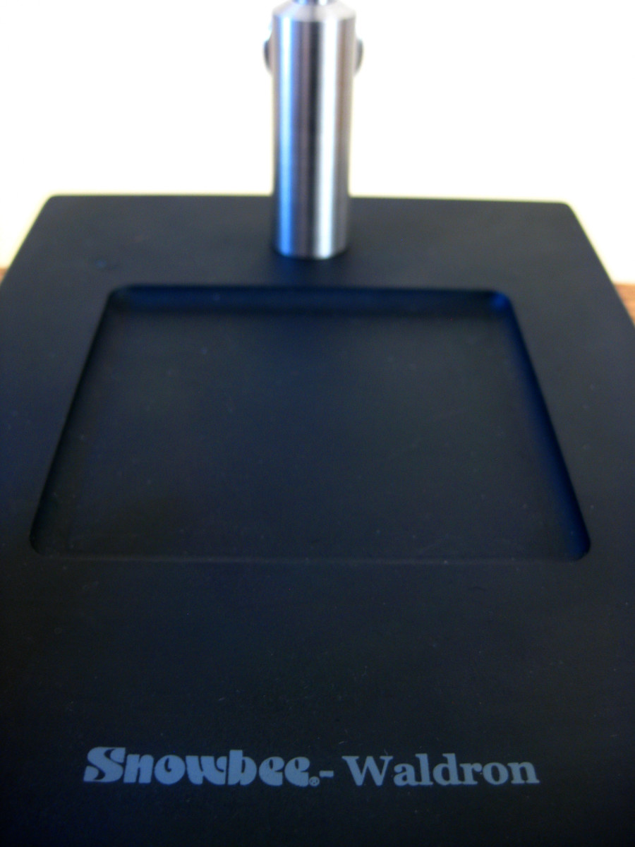 The immense pedestal base allows for a very stable tying platform with a recessed material tray.