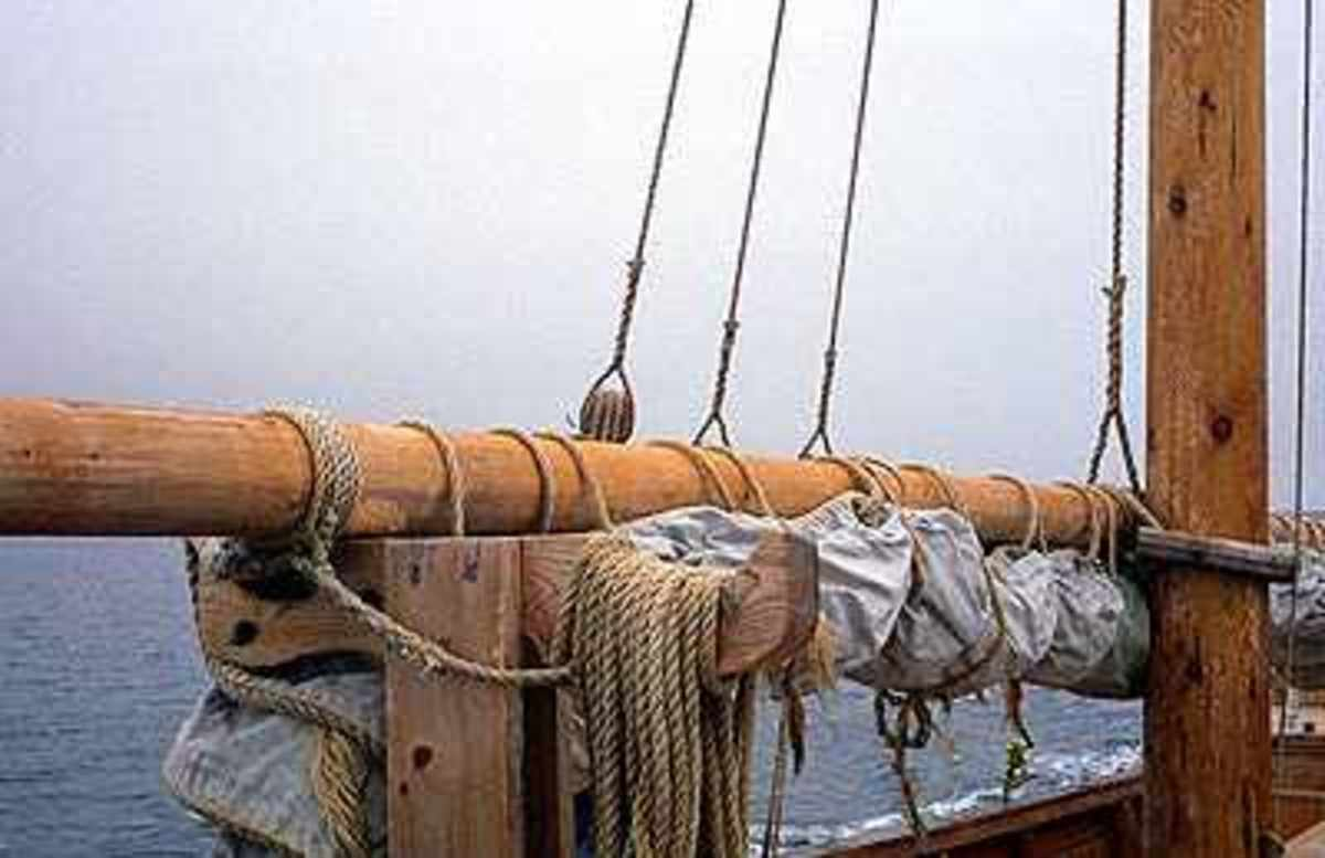 Mast and yard with sail furled either for when the vessel is in dock or ready to be rowed in from/out to sea