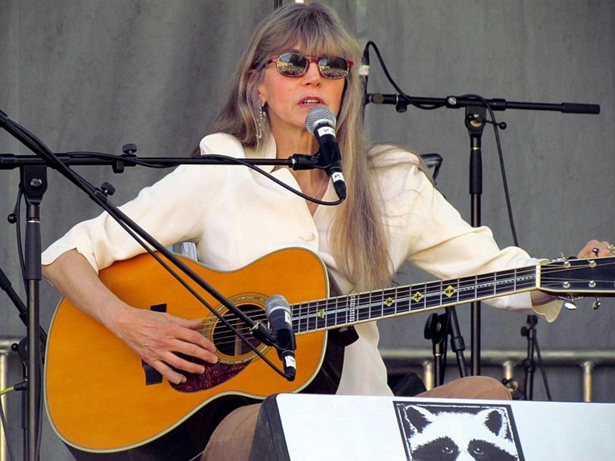 Pin by Davejb on Rocker csajok | Female guitarist, Guitar