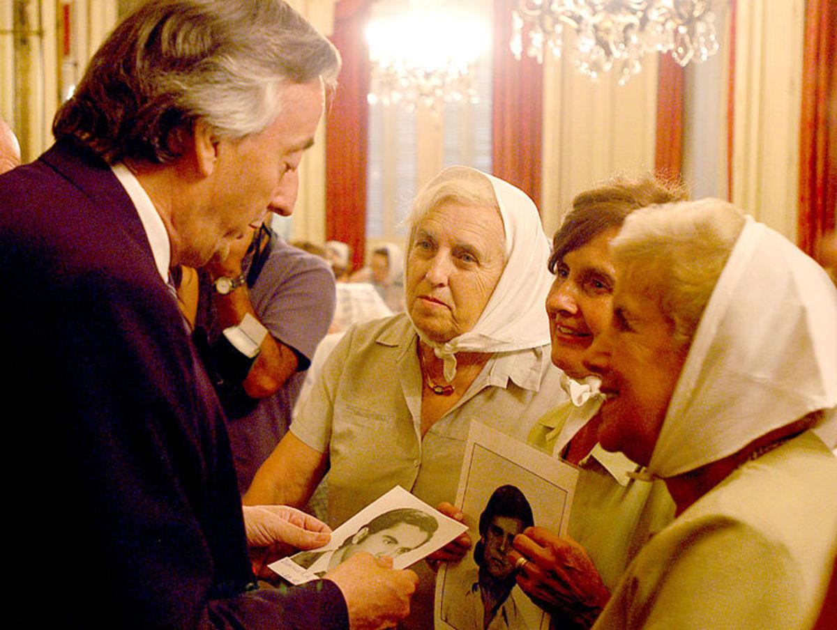Las Madres de la Plaza de Mayo meeting with a former Argentine president.