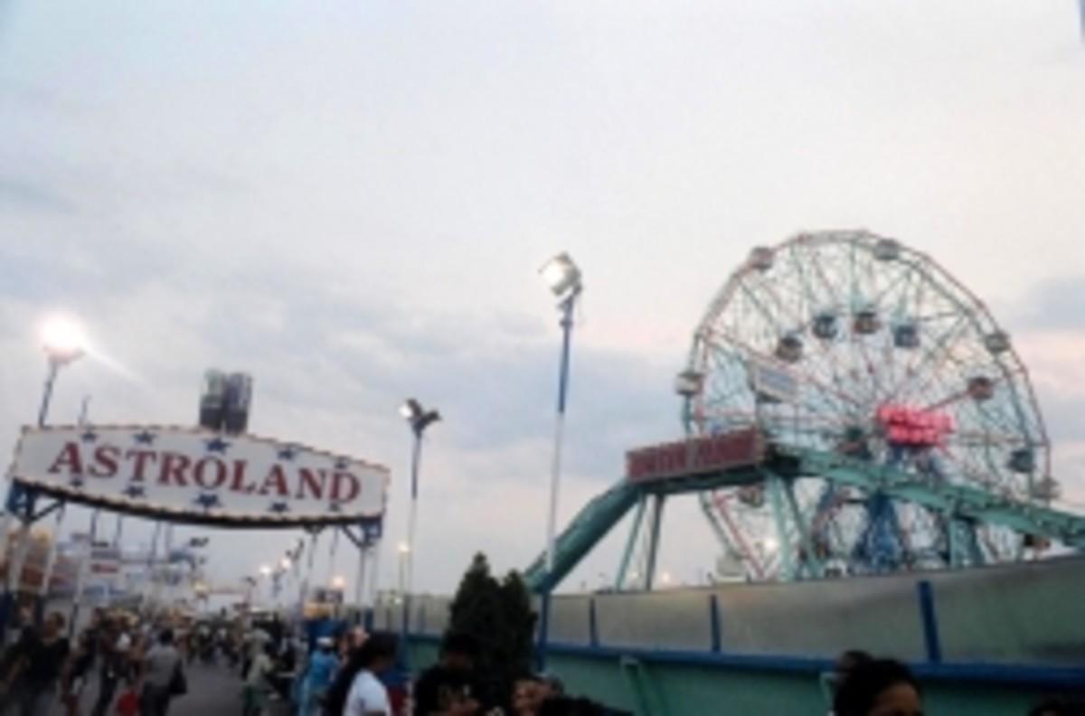 Astroland Amusement Park at Dusk, 2007 (Photo by Liza Dey)