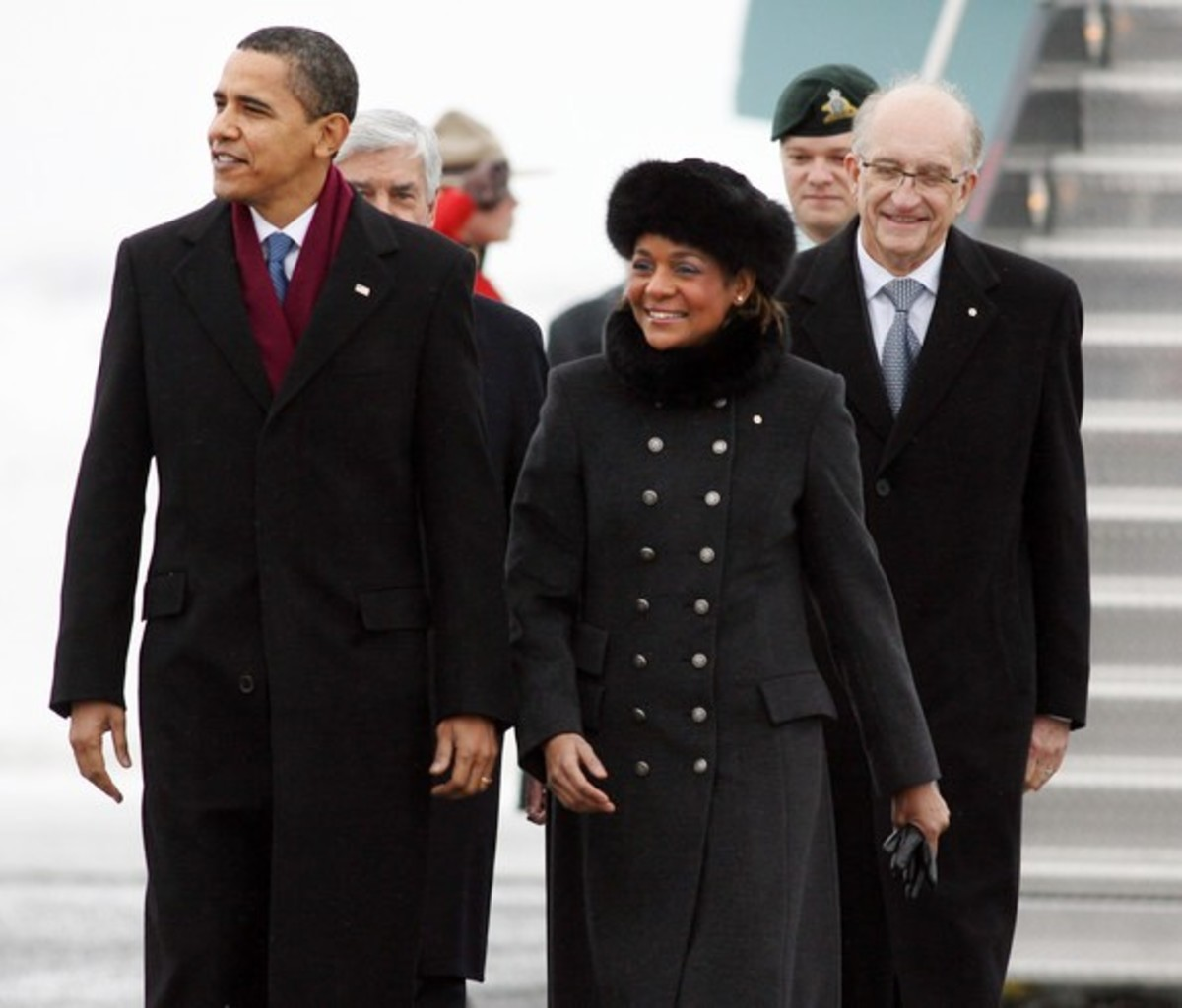 U.S. President Barack Obama walks on the tarmac at Ottawa International Airport with Michalle Jean, 19 Feb 2009