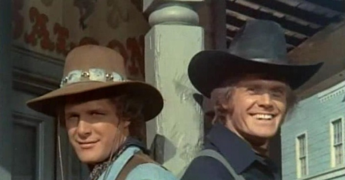 A still photo taken from the opening sequence depicting Ben Murphy as Kid Curry and Roger Davis as Hannibal Heyes