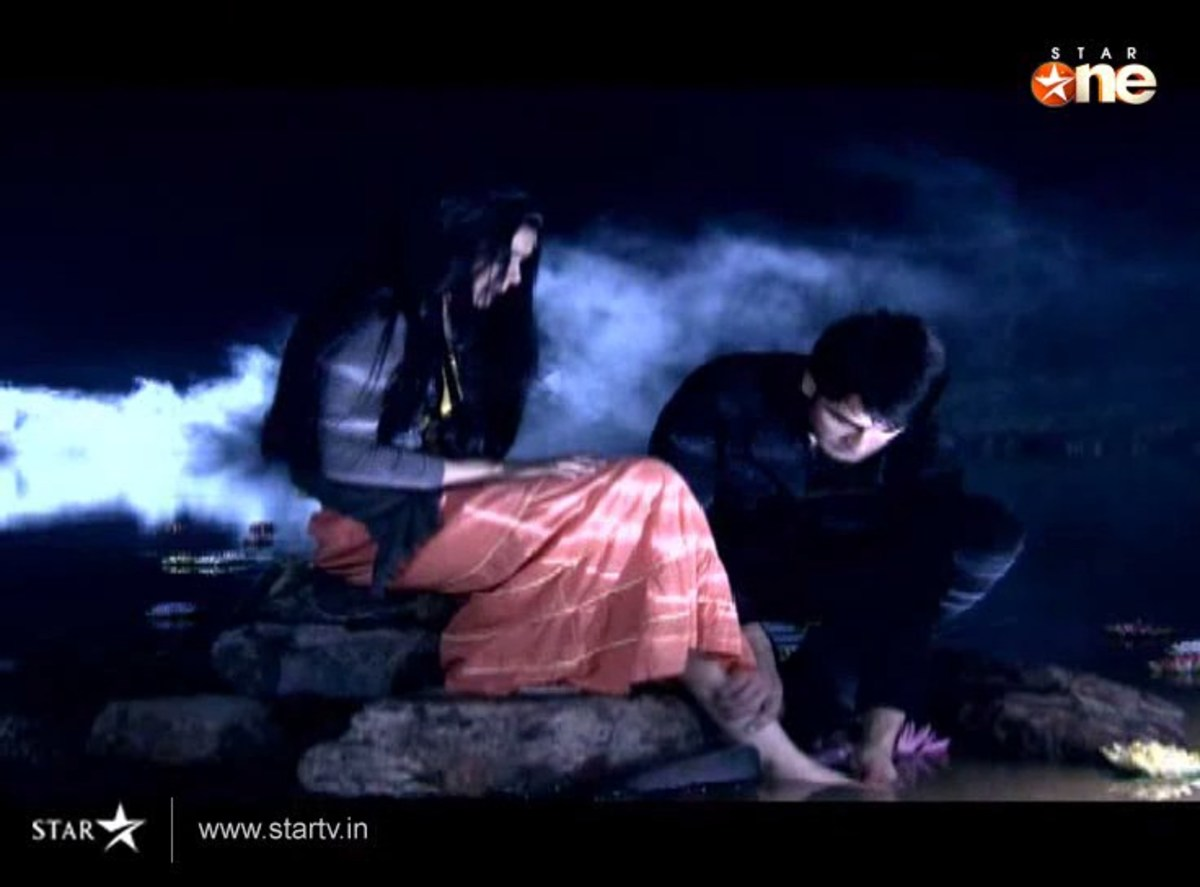 Abhay repairing Piya's twisted feet