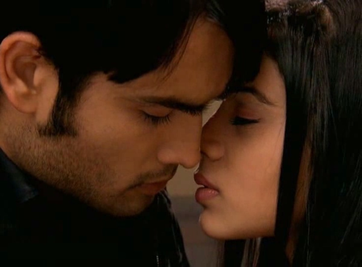 Abhay and Piya about to kiss
