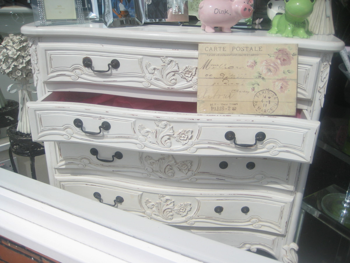You will notice also the French inspired style, which goes well with the Shabby Chic look. Shabby Chic Furniture by Andy Roberts is licensed under CC BY 2.0.