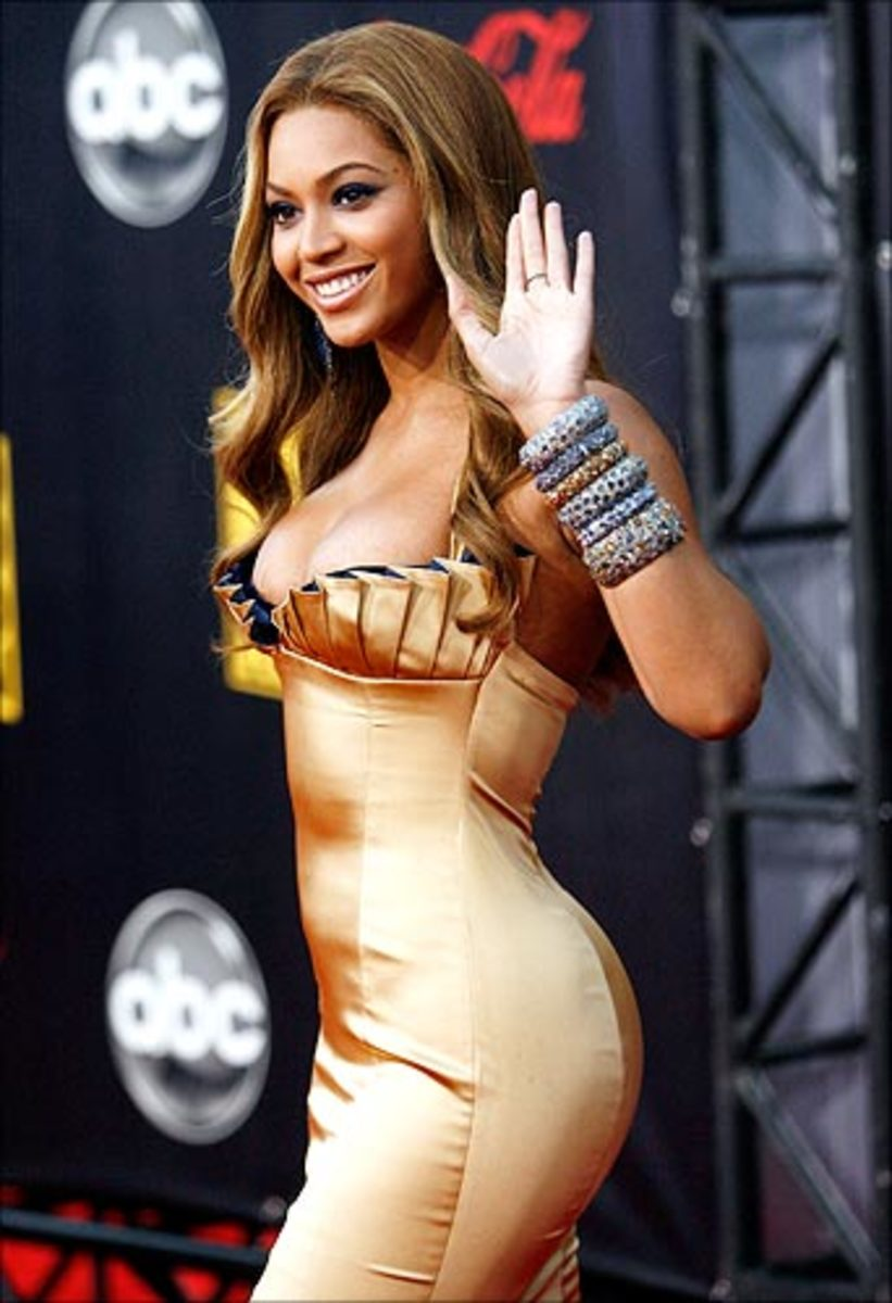 "Beyonc Giselle Knowles  ""The bootylicious crooner flaunts her curves and promotes a healthy body image  double thumbs up!"""