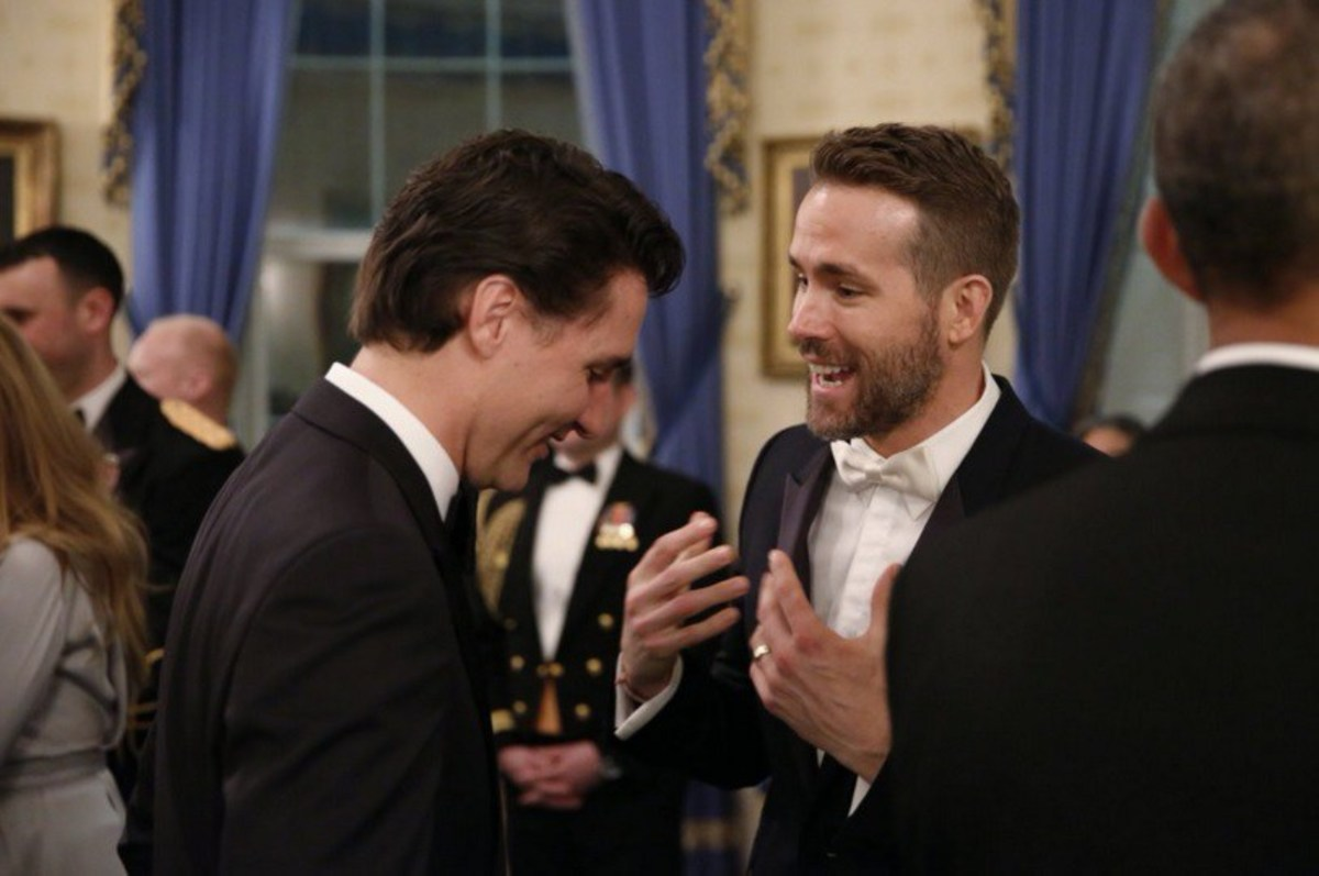 Ryan Reynolds speaks to Canadian Prime Minister Justin Trudeau during the state dinner at the White House