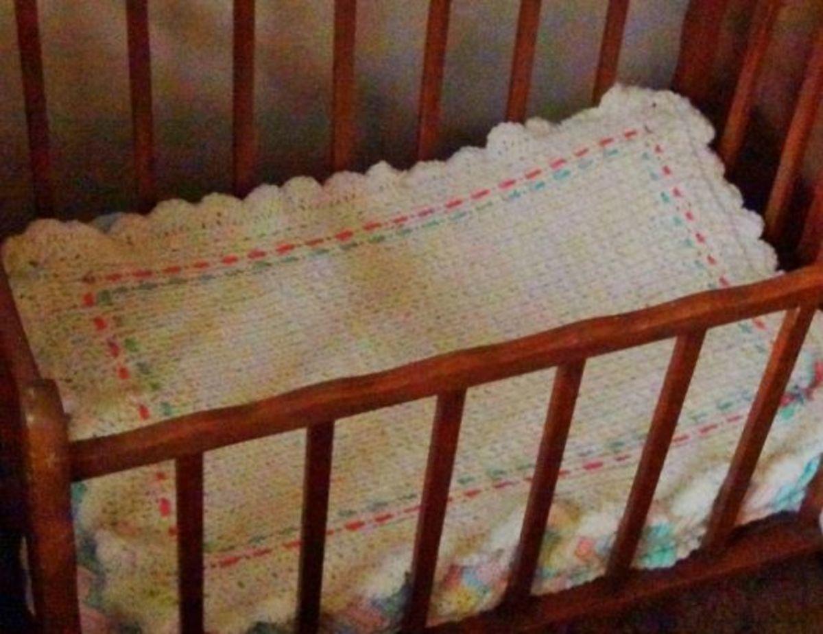 Knifty Knitter Blanket in Newborn Crib