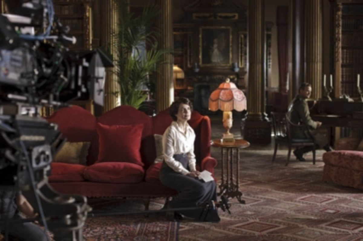 Elizabeth McGovern (foreground) and Hugh Bonneville (background) during filming of season 2.