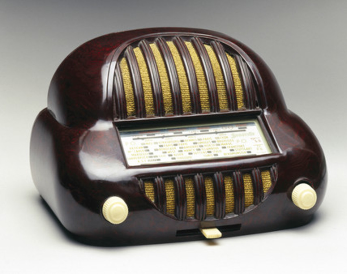 Sonorette walnut bakelite radio, French, late 1940s. Photograph from Science and Society picture library.