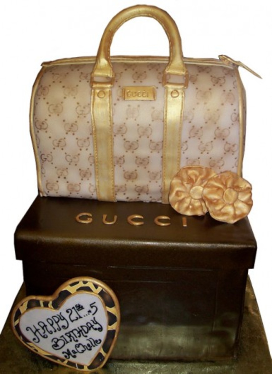 This Gucci Purse Cake looks so real. This is definitely a work of art.