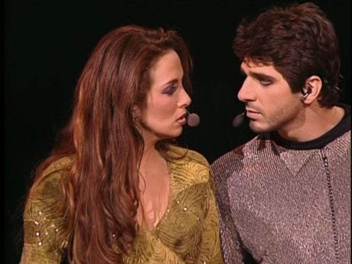 Esmeralda (Helene Segara) sings the beginning of Bohemienne to Phoebus (Patrick Fiori)