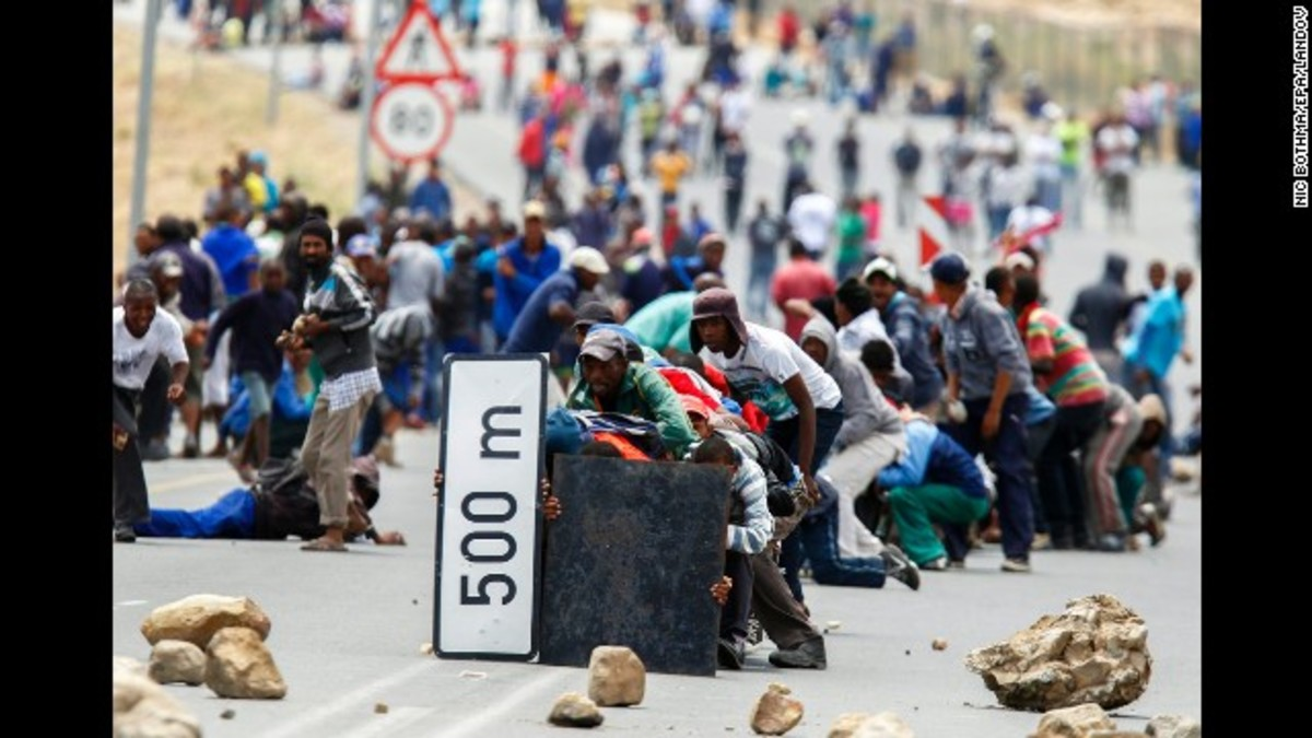 Protesters advance on the police in De Dooms, Western Cape, South Africa
