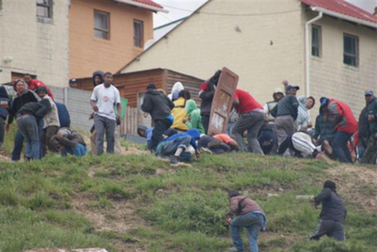 Anti-eviction forces, accompanied by the police, invaded the community of Hangberg to demolish poor people's homes