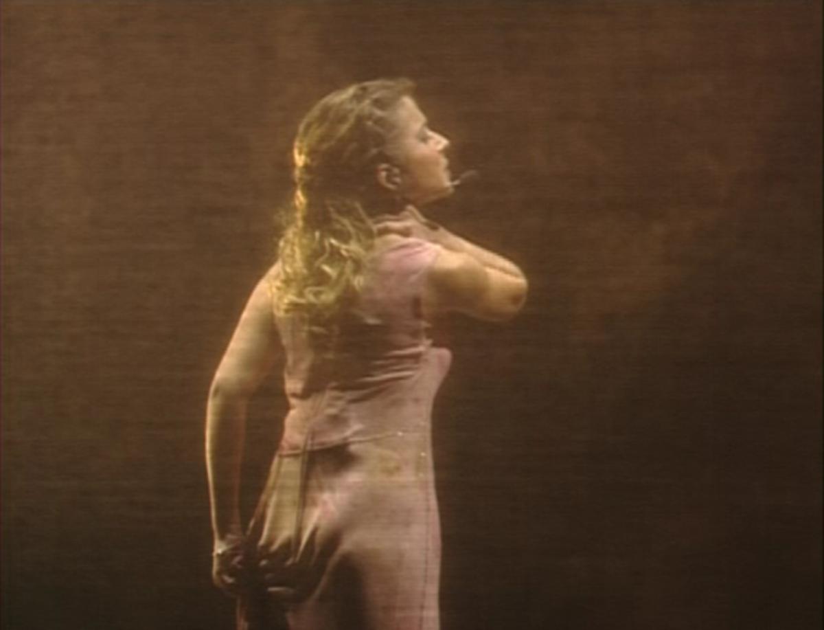 Julie Zenatti as Fleur-de-Lys singing La Monture