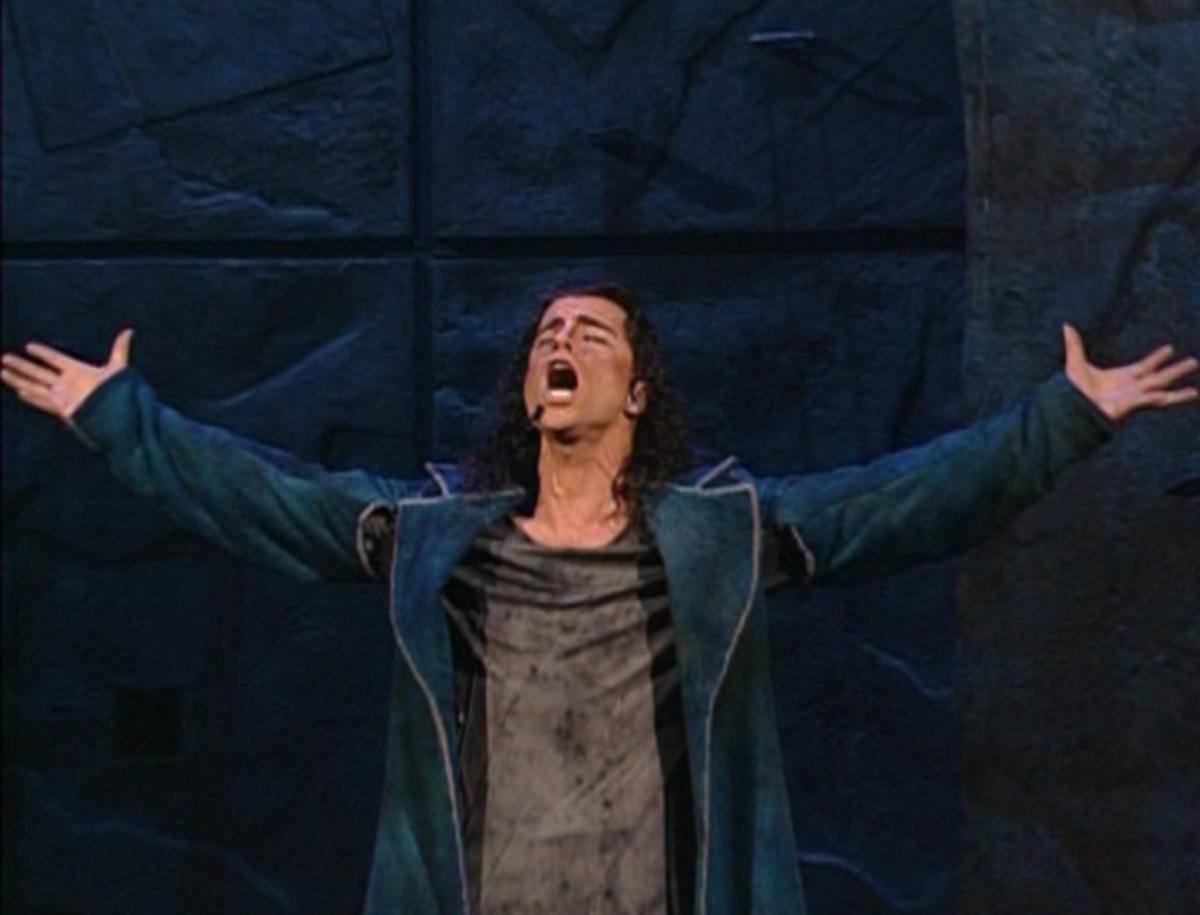 Bruno Pelletier as Gringoire singing Les Temps des Cathedral