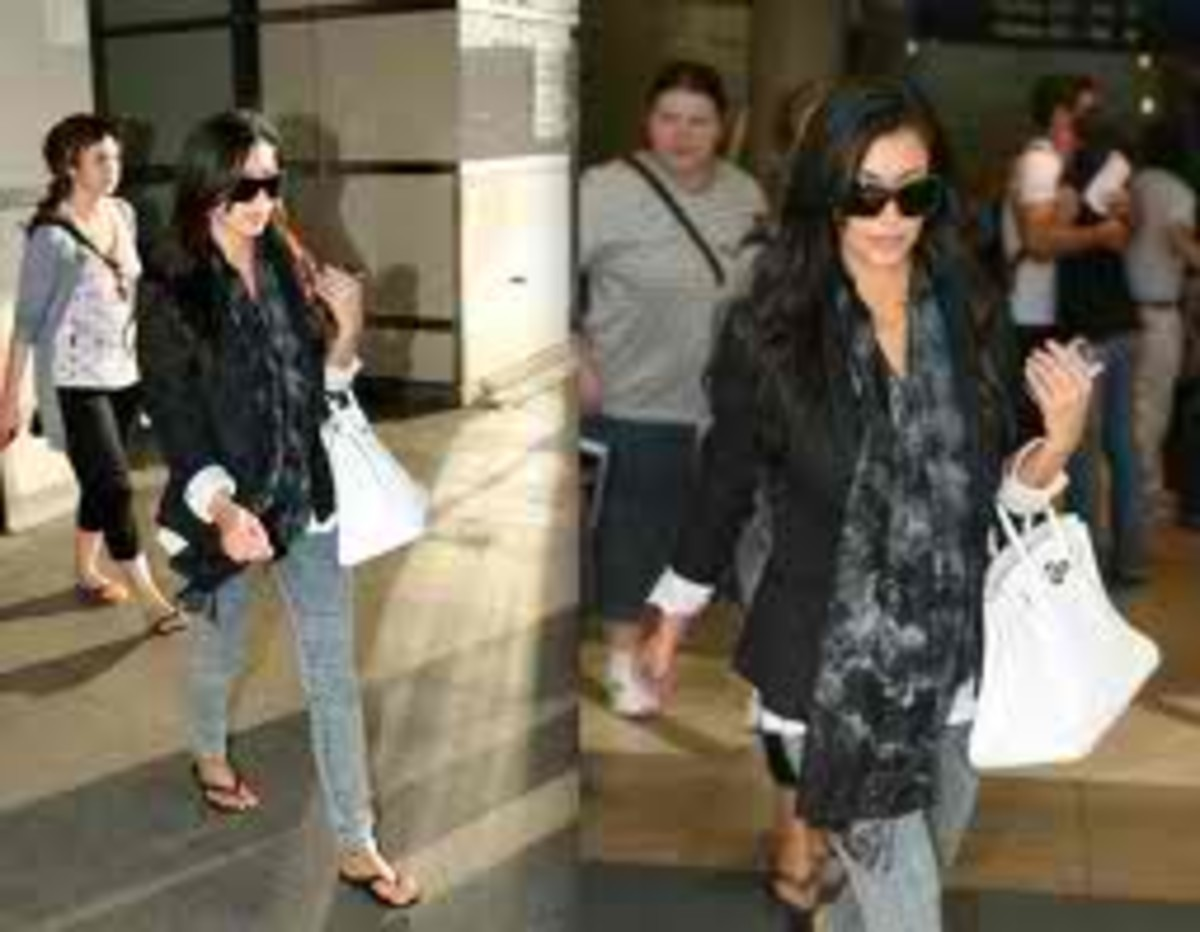Here's Kim photographed with her Birkin bag in white.