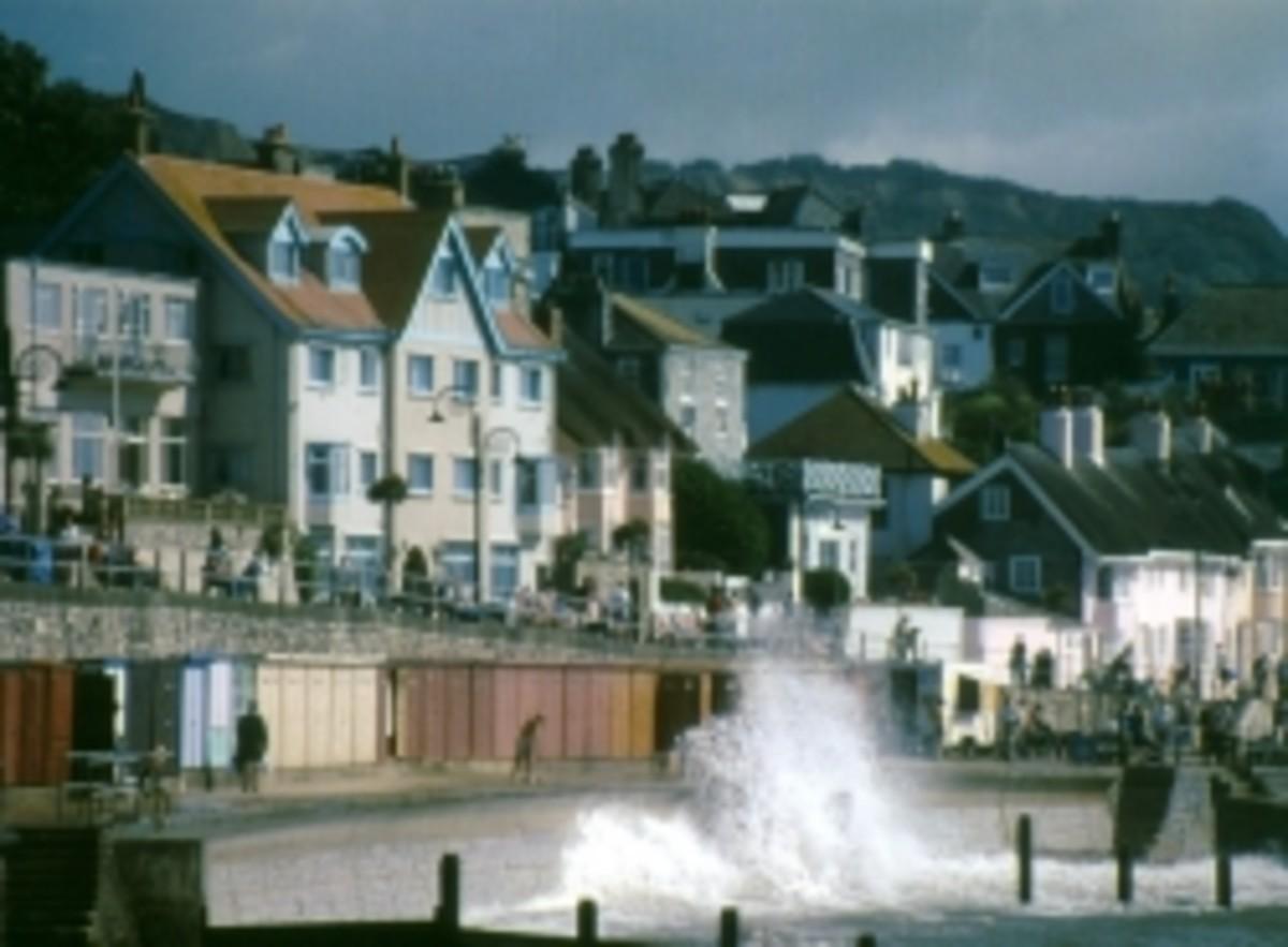 Lyme-Regis-seaside-promenade