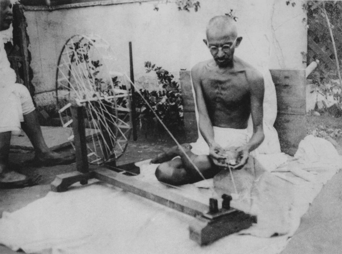 Mahatma Gandhi girando y creando su propia ropa