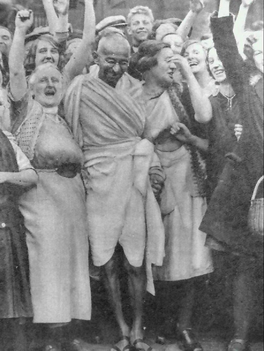 Mahatma Gandhi con los trabajadores textiles en Darwen