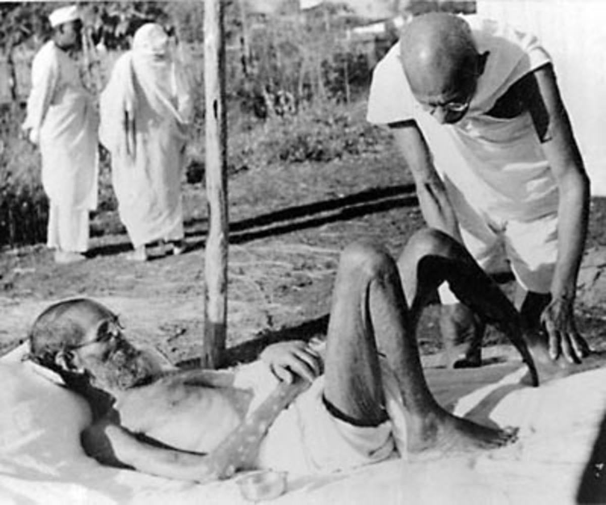 Mahatma Gandhi que da masaje, 15 min.  todos los días, a un paciente leproso, el experto en sánscrito Parchure Shastri, en Sevagram Ashram, 1940.