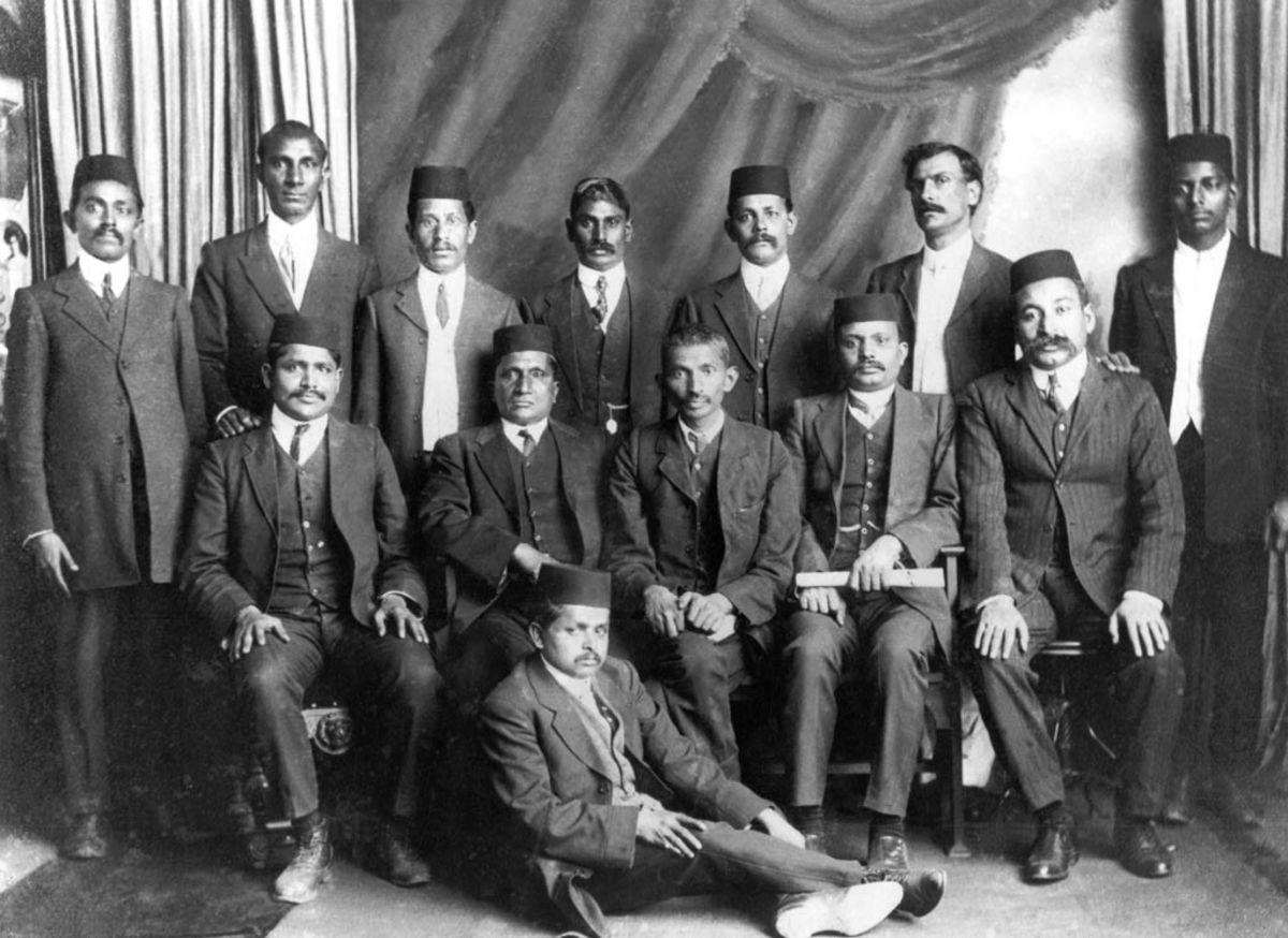 Mahatma Gandhi con los líderes del movimiento de resistencia no violenta en Sudáfrica