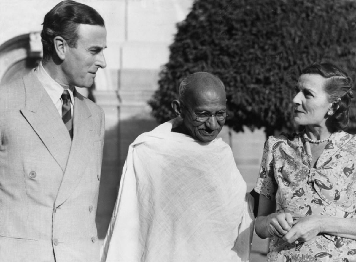 Mahatma Gandhi con Lord y Lady Mountbatten