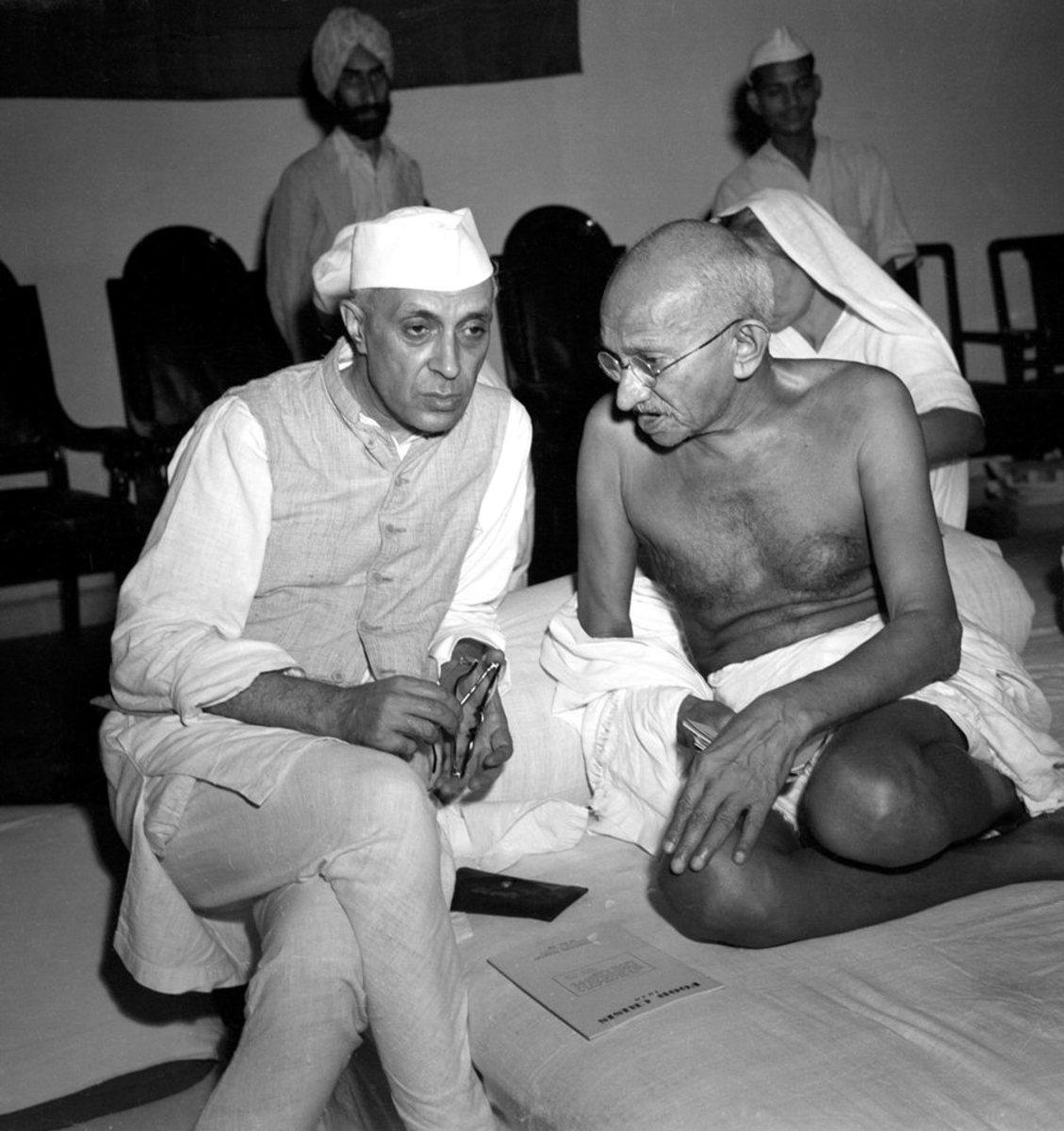 Mahatma Gandhi y Pandit Nehru durante Quit-India Movement.jpg