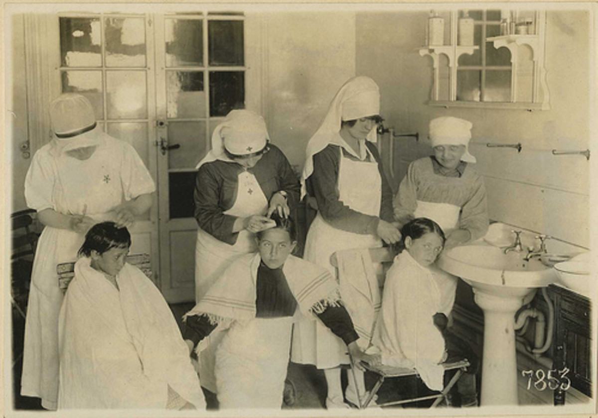 """School visit from the """"nit"""" nurses in 1930s"""