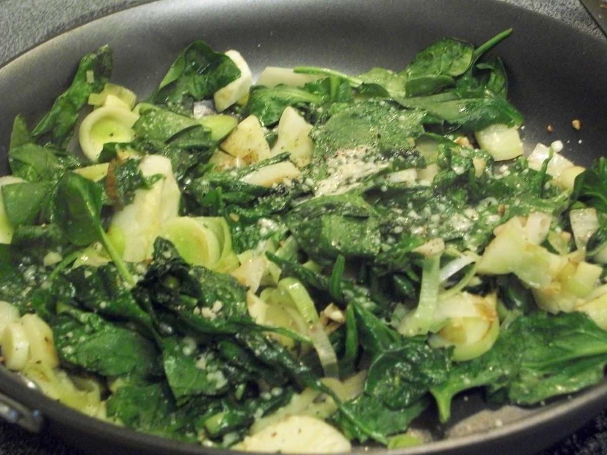This quick and easy dish with spinach, leeks and garlic is very tasty and healthy.