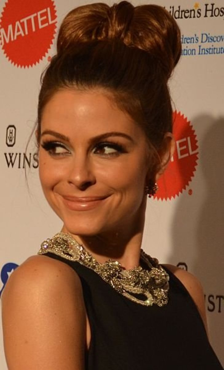 Maria Menounos wearing her brown hair in a bow bun