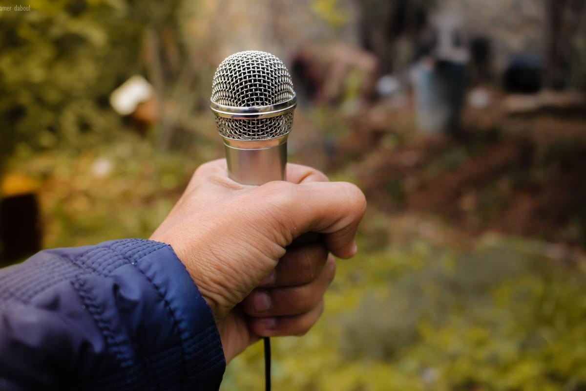 Voice assistant makes use of microphone intergretaed within computing devices