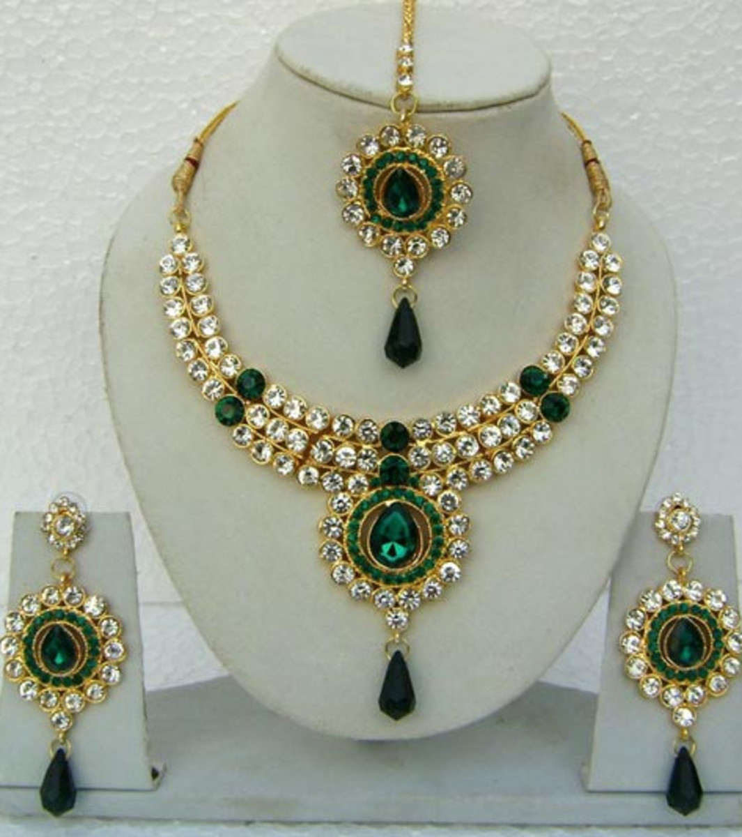 Green and Off White Stone Studded Necklace Set