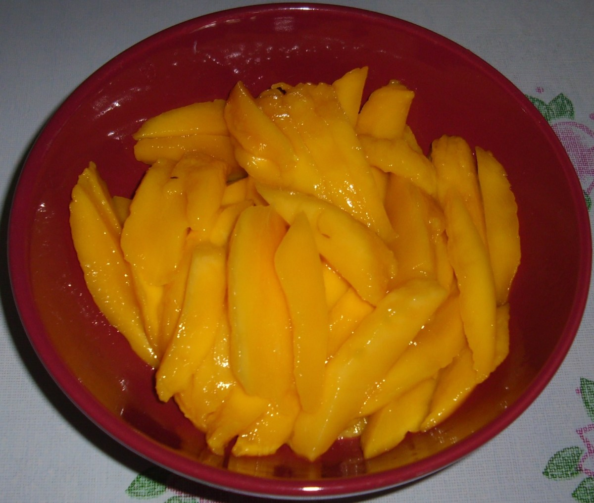 Sliced ripe mangoes.