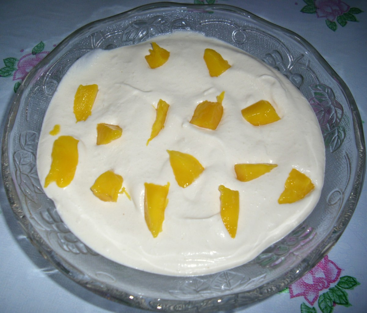 Add mango slices and cream mixture. Then decorate with small slices of mangoes.