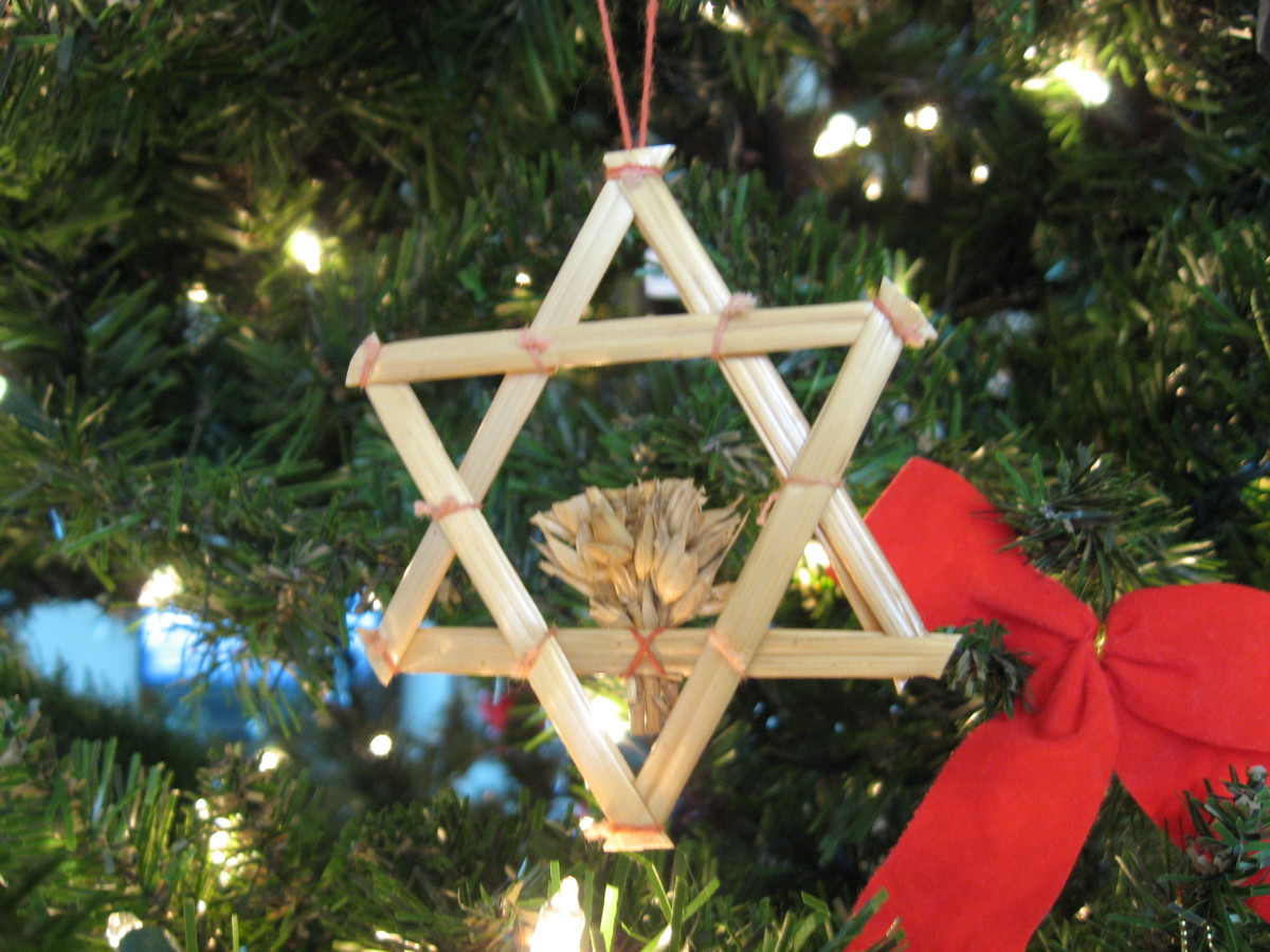 Straw star on the tree.