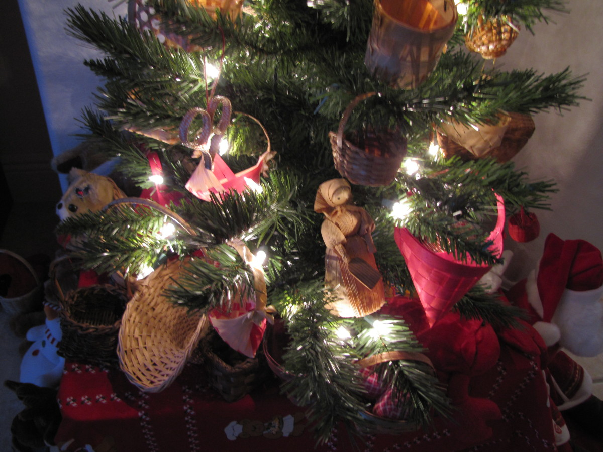 For this small tree, I used all baskets and straw ornaments. Straw figures and corn husk dolls are traditional crafts south of the border.