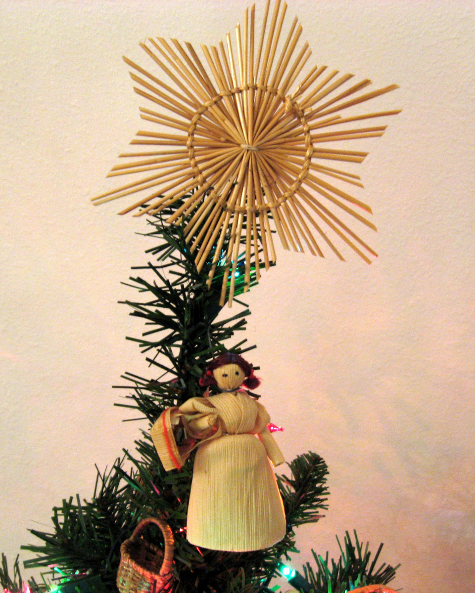 A star made of straw and a doll created from corn husks.