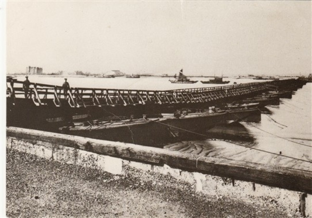 Pontoon bridge from Gravesend to Tilbury abt the time of the Great war