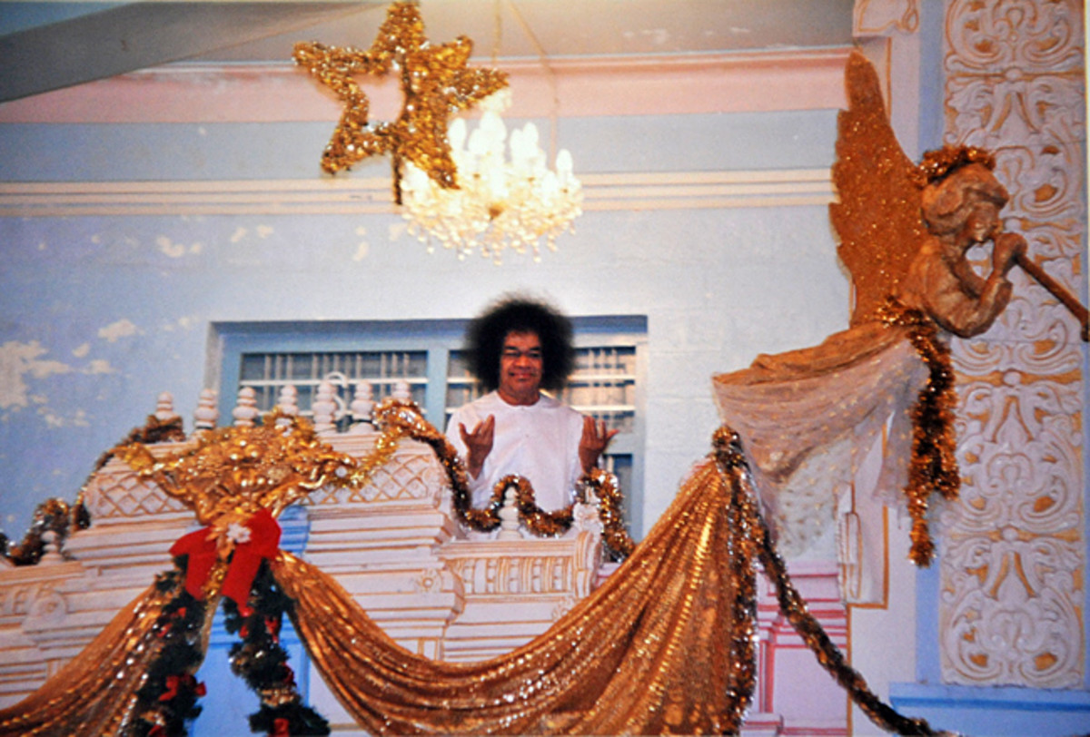 a-memorable-christmas-morning-darshan-of-bhagawan-sri-sathya-sai-baba-silver-door-balcony-puttaparthi