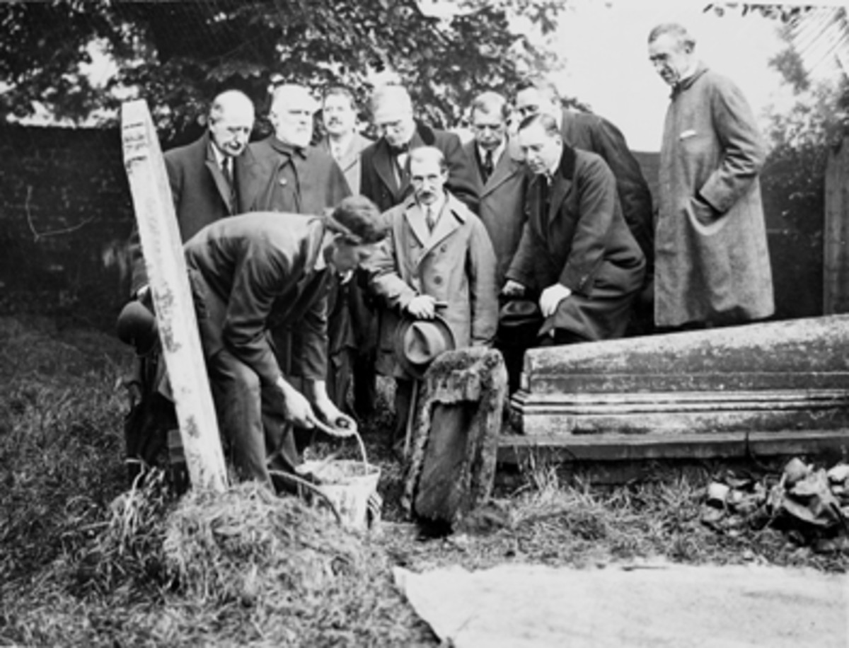 Exhuming various graves in St George's church in 1914 in the search for Pocahontas remains