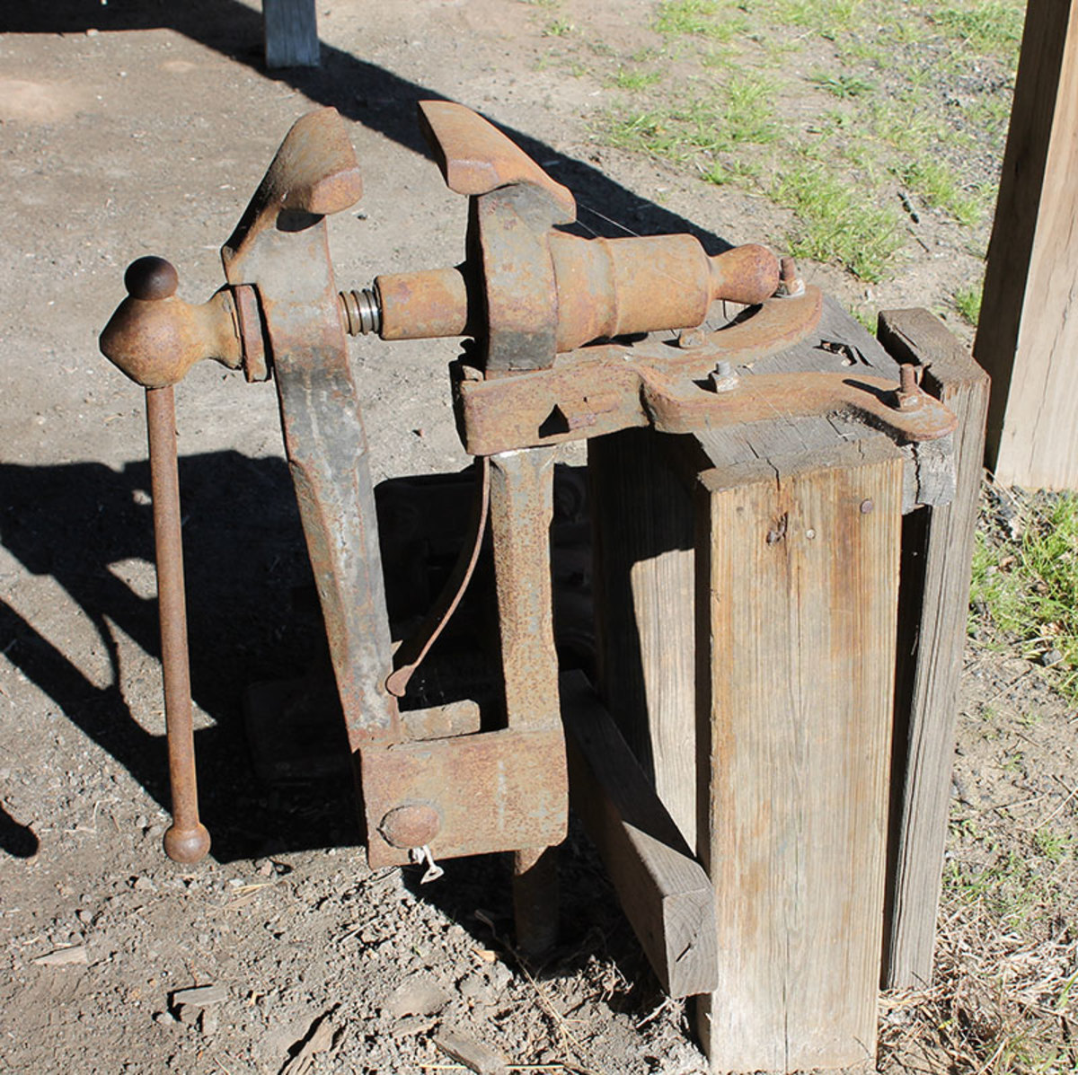 Black Smith Vise made to transfer vibrations to the ground