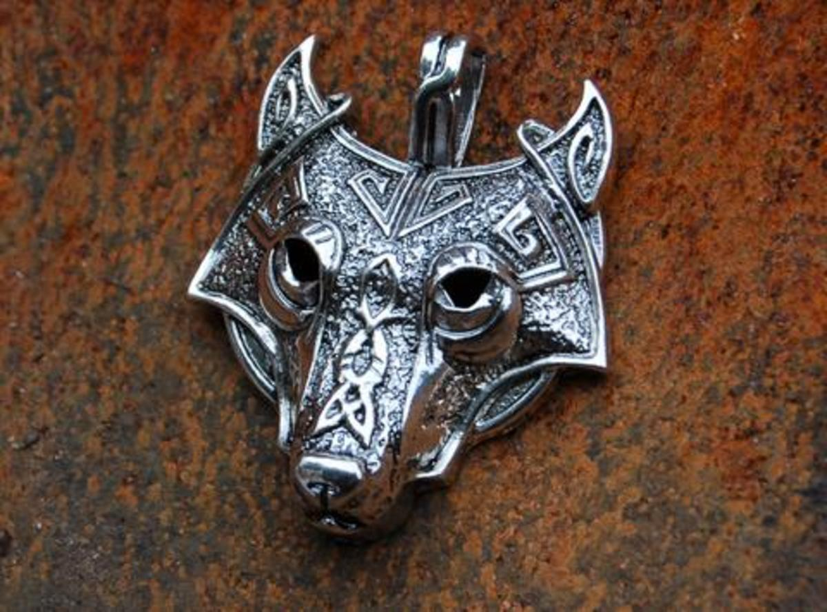 Silver-plated wolf's head pendant - Fenrir around your neck?