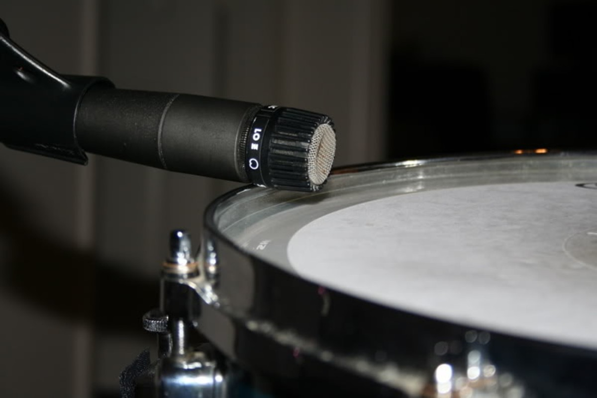 A Shure SM57 pointed across the top of a snare drum.